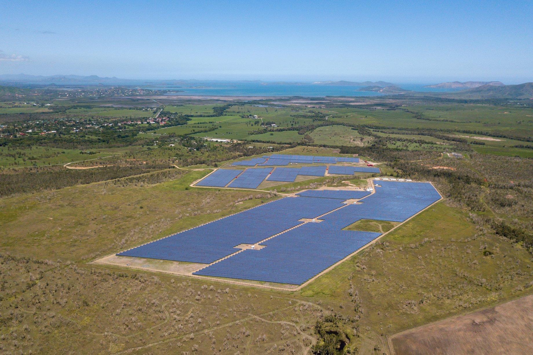 """Centrale solaire photovoltaïque """"Helio Boulouparis 2"""" de 16MW au premier plan– Source: Nicolas Job // Heos Marine Pacifique"""